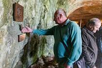 Odhalení pamětní desky uznávaného archeologa Karla Valocha v jeskyni Moravského krasu.