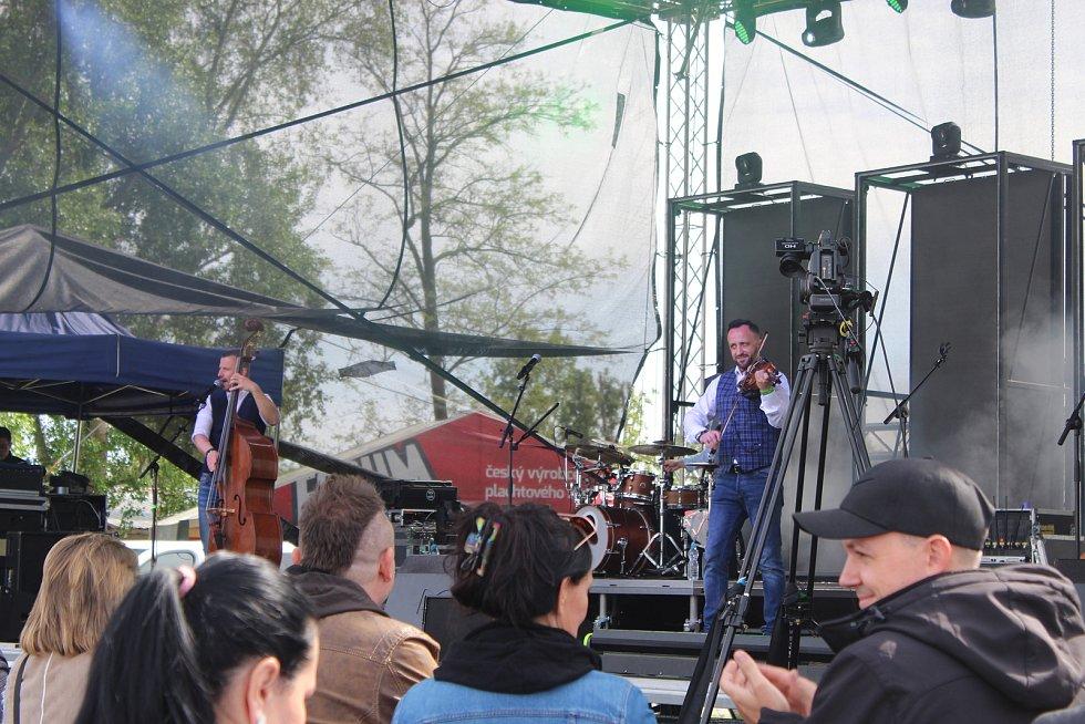 Stovky lidí slavily zahájení sezony v kempu Merkur v Pasohlávkách.