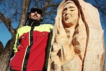 Řezbář Jaroslav Pecháček vytvořil v brněnských Kníničkách dřevěnou sochu Panny Marie, která tam zůstane jako součást betlému.