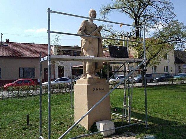 Rudoarmějec ve Šlapanicích má zpátky hlavu, kterou mu o víkendu vandalové urazili.