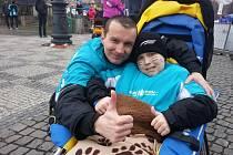 Jan Hořínek je kvůli svalové dystrofii na vozíku. Se vším mu pomáhá jeho otec Michal Hořínek.