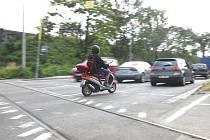 """V Hladíkově ulici v Brně přibyl """"ručně"""" namalovaný přechod pro cyklisty."""
