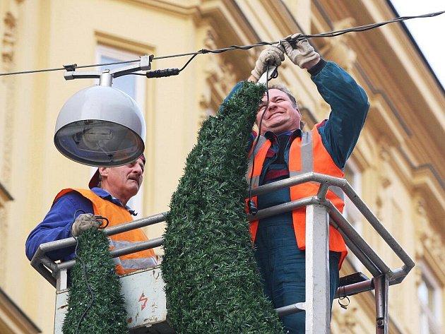 Do přípravy tradičního vánočního osvětlení se pustila už většina brněnských městských částí.