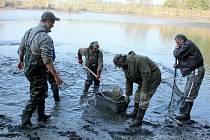 V sobotu rybáři vypustili i horní rybník U Jejkala nedaleko Vranova nad Dyjí na Znojemsku. Výlov malého rybníka je každoročně především společenskou událostí.