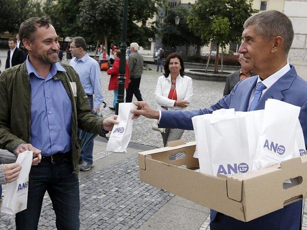 Jedním z výrazných prvků v kampani před posledními volbami byly koblihy hnutí ANO (na snímku je rozdává Andrej Babiš).
