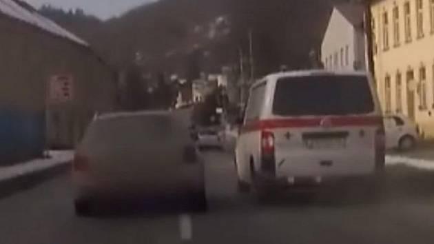 Zběsilou honičku jako z akčního filmu mají za sebou jihomoravští policisté. Zdrogovaného řidiče pronásledovali ve středu ze Zastávky na Brněnsku až ke Kralicím nad Oslavou na Vysočině.