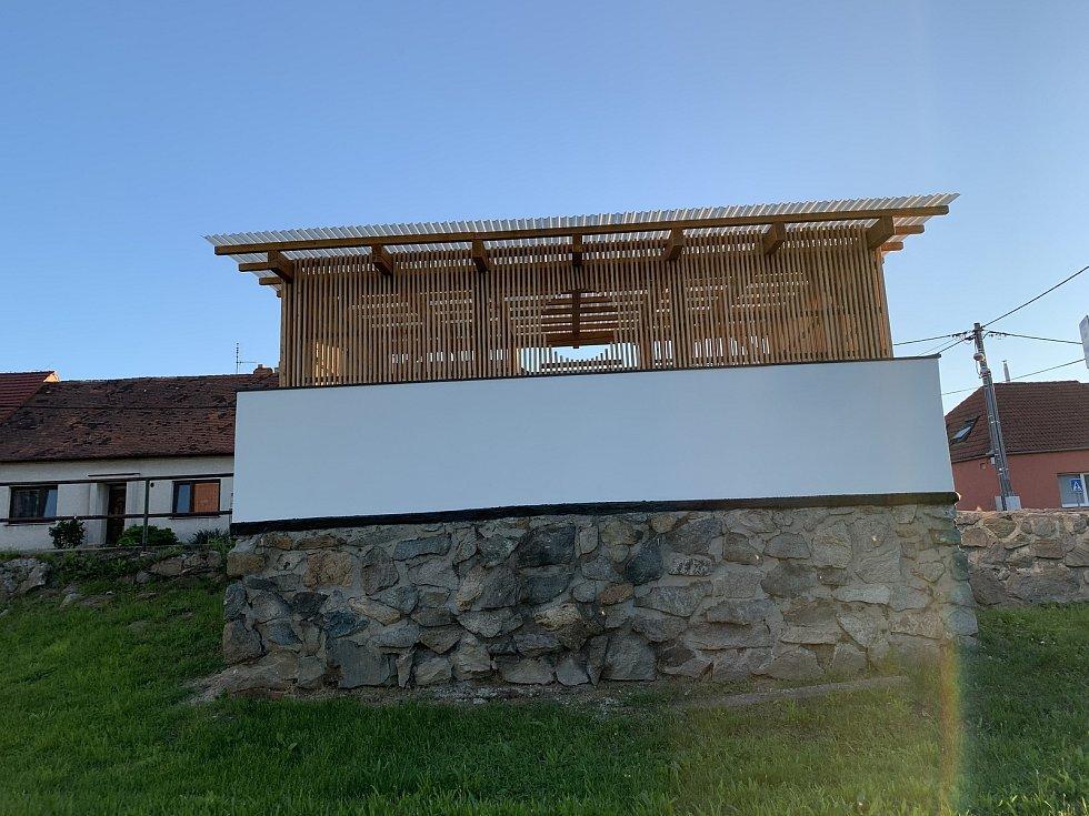 Nová designová autobusová zastávky v Branišovicích.