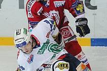 Hokejista Jozef Balej (v červeném).