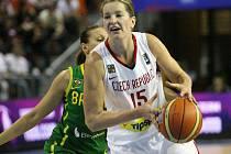 Basketbalistka Vítečková na MS proti Brazílii.