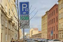 Gorkého ulice v Brně, kde již jsou modré zóny. Brzy začnou fungovat i dál v ulici, tamní obyvatelé chtějí také celodenní regulaci.
