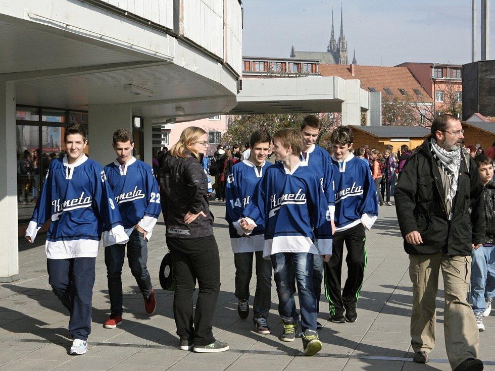 Děti i hráči brněnské Komety uklízeli okolí hradu Špilberk.