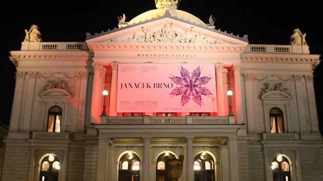 Brněnské Mahenovo divadlo se ve středu zahalilo do červené barvy.