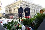 Kladení věnců u památníku v ulici Rooseveltova - hejtman Jan Grolich a náměstek primátorky Petr Hladík