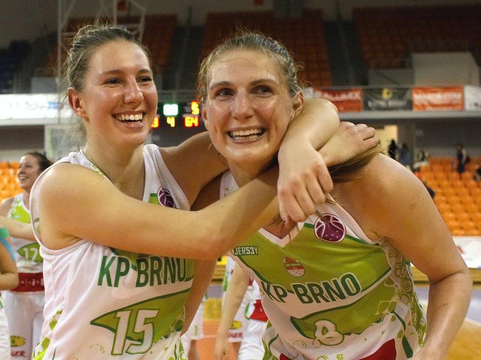 Královopolské basketbalistky (ve světlém) porazily Nymburk 73:64, celkově sérii ovládly 3:1 na zápasy a ve finále si zahrají se suverénním USK Praha.