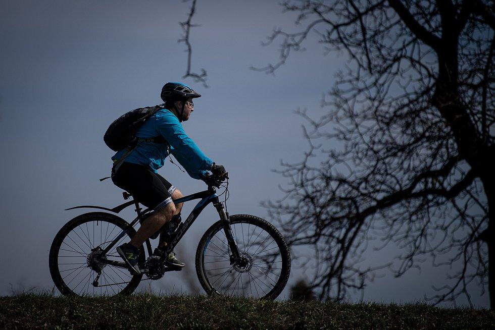 Odstup jeden a půl metru by měli dodržovat řidiči při předjíždění cyklistů podle nového návrhu.