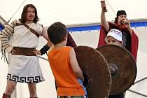 Gladiátoři s trojzubci a sítí bojovali o přízeň žen.