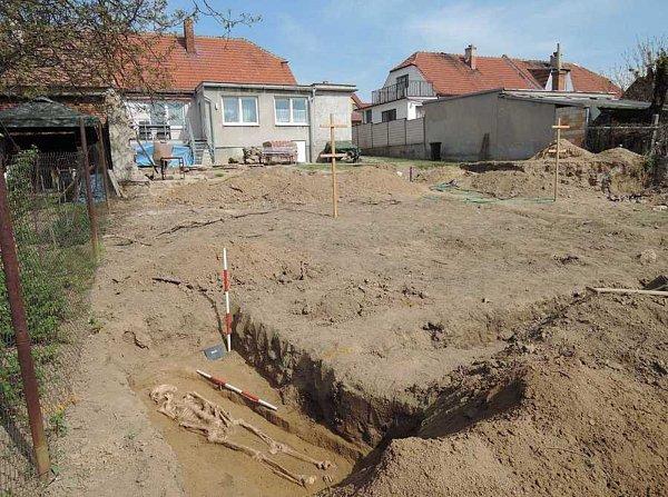 Pět hrobů objevili na své zahradě majitelé rodinného domu vIvančicích.