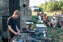 Šestý ročník hudebního bienále u lesa nedaleko Ostopovic se koná 28. srpna.