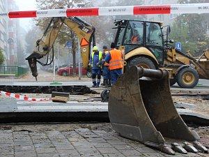 Prasklé vodovodní potrubí v brněnské Kotlářské ulici.
