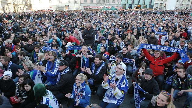 První zápas finále hokejové extraligy mezi Pardubicemi a Kometou sledovali před velkoplošnými obrazovkami také fanoušci na brněnském náměstí Svobody.