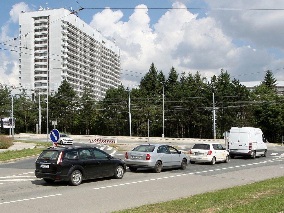 Studie, kterou letos dali zpracovat představitelé magistrátu, počítá s připojením parkovacího domu na silniční síť Brna přímo do vytížené světelné křižovatky ulic Jihlavská a Osová.