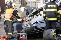 Řidiče, který v brněnské městské části Komín narazil do semaforu, museli vyprostit hasiči.