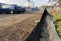 Pohozený přední nárazník auta na parkovišti u Bobycentra.
