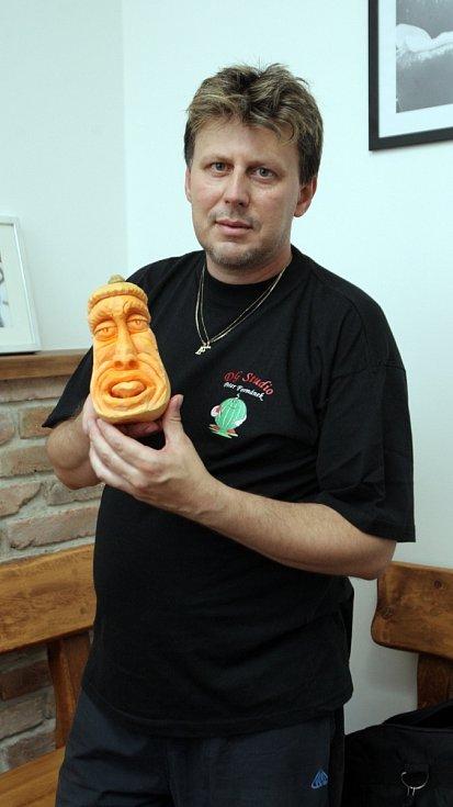 Vyřezávání ze zeleniny Brňanům na nedělním workshopu v brněnské Líšni představil Peter Formánek z Vyškova.