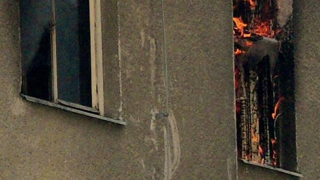 Hořící okna bytu v ulici Dornych.