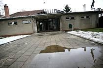 Dvoumilionovou škodu způsobil požár střechy sokolovny ve Starém Lískovci v Brně. S ohněm bojovalo pět jednotek hasičů.