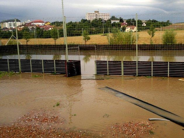 Uplynulý víkend nebude mít v kronice fotbalových Rosic zrovna výsostné místo. Nejdřív v generálce na start divize D podlehly 1:2 Břeclavi, o den později jejich domácí areál po přívalovém dešti zaplavila voda.
