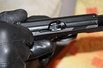 Muž střelnou zbraní ohrožoval rodinu s malým dítětem.
