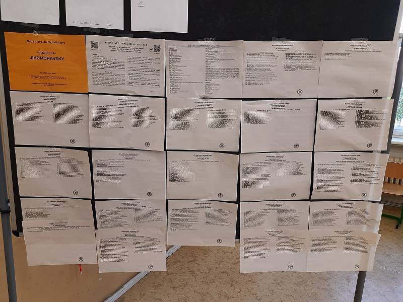 Volební místnost na základní škole 28.října v Brně.