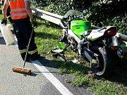 Zaklíněná ve svodidlech zůstala po nehodě motorka, která se v úterý odpoledne srazila s osobním autem v brněnské Rakovecké ulici.