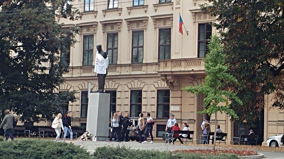 Podobným způsobem ve stejný den ozvláštnila sochu Tomáše Masaryka stojící na náměstí u Červeného kostela iniciativa Aliance Referendum.