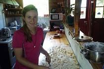 Terka připravuje domácí bramborové noky.