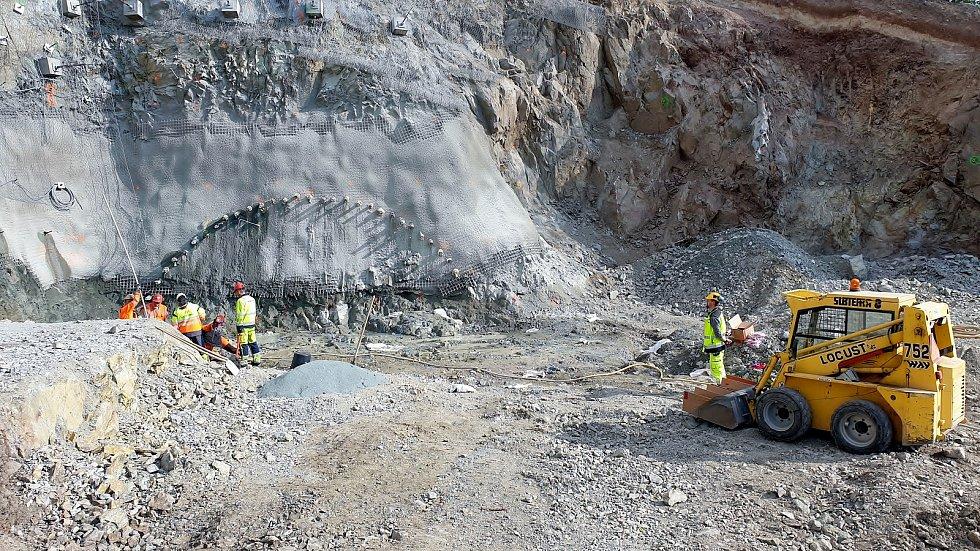 Stavbaři provedli v pondělí 3. května první ostrý odstřel skály kvůli vybudování tramvajového tunelu, který je součástí stavby VMO Žabovřeská II.