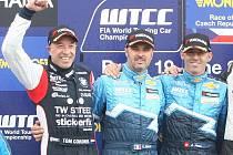 Jezdci (zleva) Coronel, Muller a Menu v závodu mistrovství světa cestovních vozů na Masarykově okruhu.