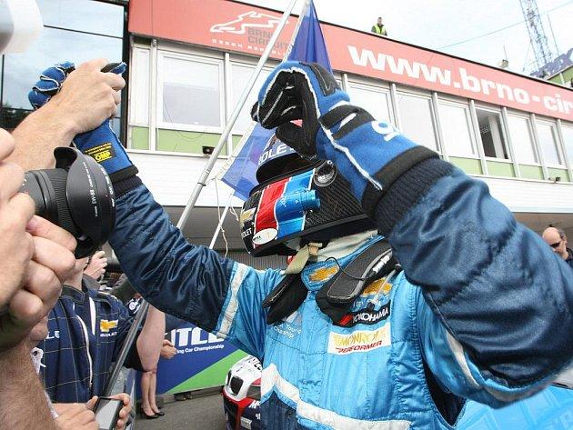 Světový šampion Yvan Muller v závodu mistrovství světa cestovních vozů na Masarykově okruhu.