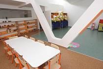 Bystrcká školka Kamechy má ve třídách rozdělený jídelní, hrací a úložný prostor véčkovými nosníky. V každé místnosti jsou dva. V těchto dnech na ně pracovníci lepí gumové obklady, aby se o hrany neporanily děti.