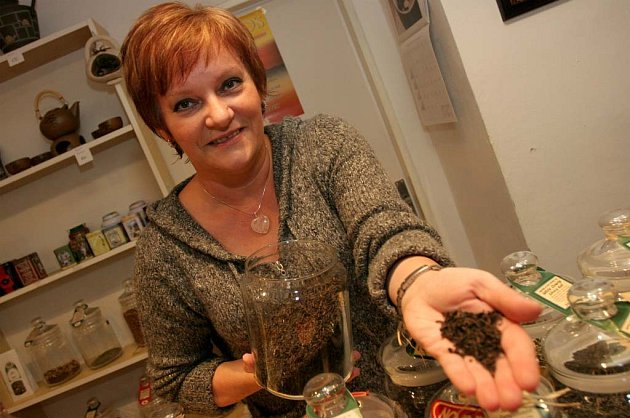 Libuše Meluzínová nabízí zákazníkům čaj a kávu.