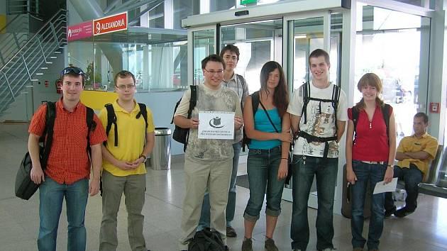 Účastníci exkurze na ruzyňském letišti.