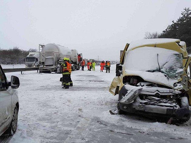 Dopravu na D1 zastavily hromadné dopravní nehody.