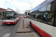Skoro dva týdny platí letní uzavírky a omezení brněnské hromadní dopravy. Cestující čekají i dvacet minut.