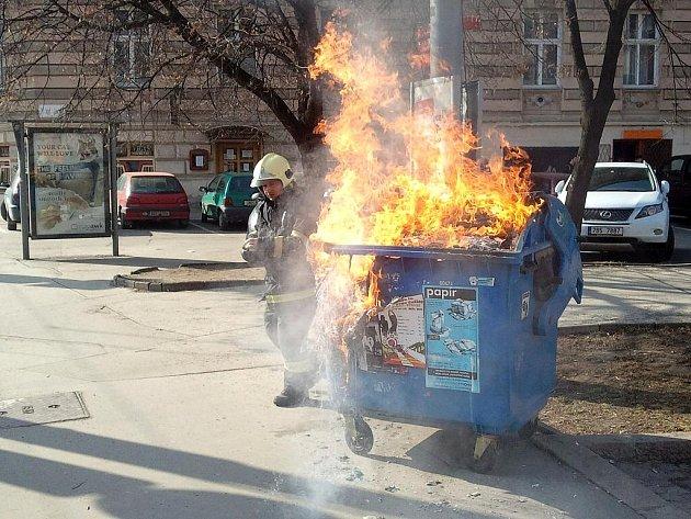V plamenech skončil v pondělí po půl druhé hodině odpoledne kontejner na papír v brněnské ulici Milady Horákové.