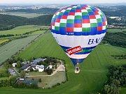 Jako na dlani měli pod sebou krajinu lidé, kteří letěli z louky u Brněnské přehrady. V pátek tam odstartovalo několik balonů, které vítr nesl směrem na Kuřim a Tišnov. Jedním z nich letěl s firmou Balony.eu i fotoreportér Deníku Rovnost.