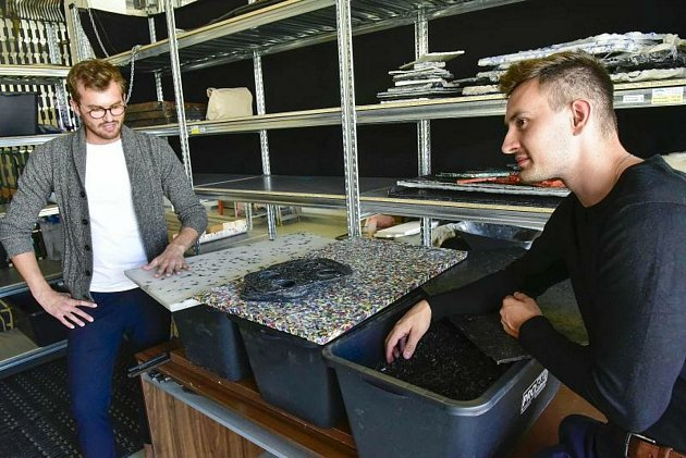 Studenti brněnské techniky přeměňují plastový odpad zkaváren třeba ve stolky nebo držáky na kávu.