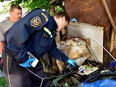 Tuny nelegálně uložených chemikálií, včetně radioaktivních solí, nasbíral muž v rodinném domě v Nedvědici na Brněnsku. Po jeho smrti pracovníci příslušných orgánů nebezpečné látky v domě našli a upozornili vedení kraje.