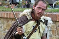 Vrátit se na okamžik do středověku mohli v sobotu přes den návštěvníci rosického zámku. Rytířským měřením sil vyvrcholil den plný žonglování, historického šermu a středověké hudby.