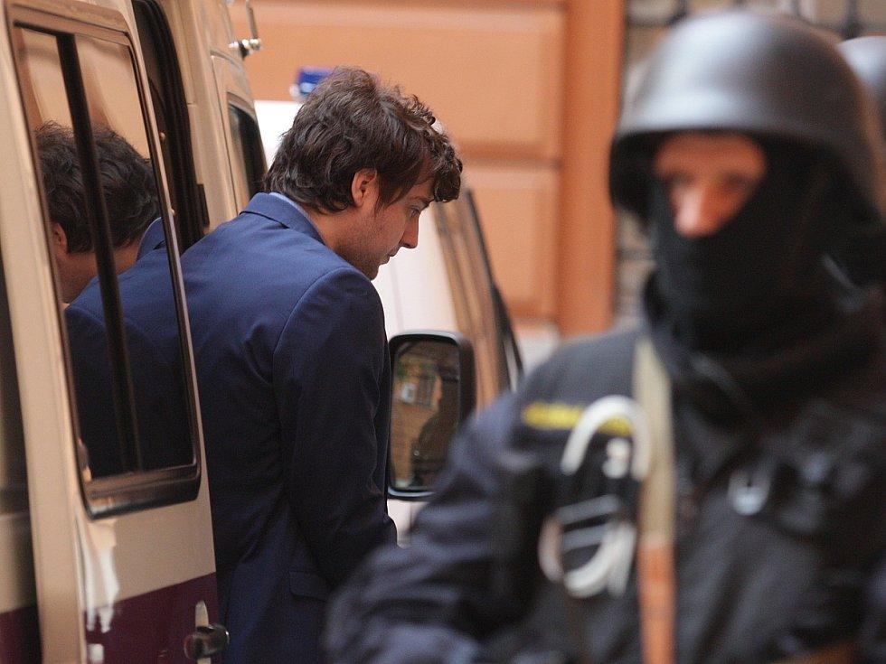 Maskovaná eskorta přivezla Kevina Dahlgrena k brněnskému krajskému soudu už po 8 hodině ráno.